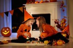 Дети в костюме ведьмы на фокусе или обслуживании хеллоуина стоковые фотографии rf
