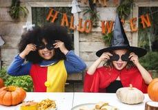 Дети в костюме наслаждаясь сезоном хеллоуина стоковая фотография