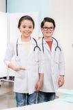 Дети в медицинской форме с стетоскопами Стоковые Фотографии RF