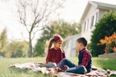 Дети в парке осени стоковое фото rf