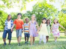 Дети в парке стоковые изображения rf