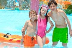 Дети в плавательном бассеине стоковое изображение