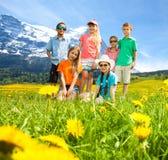 Дети в поле цветка гор Стоковая Фотография
