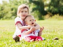 Дети в русских фольклорных одеждах на луге Стоковое Изображение RF