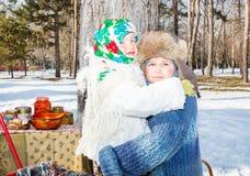Дети в русском шарфе pavloposadskie на голове с флористической печатью на снеге стоковое изображение rf