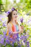 Дети в саде bluebell стоковое изображение