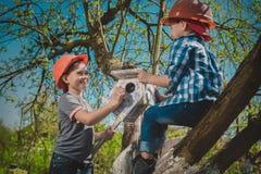 Дети в саде стоковые фотографии rf