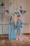 Дети в сини с птицами в руке Стоковое Изображение RF