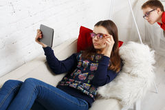 Дети в стеклах с устройствами, наркоманией компьютера Стоковое Изображение RF