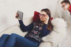 Дети в стеклах с устройствами, наркоманией компьютера Стоковые Изображения