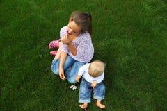Дети в лужке Стоковые Фото