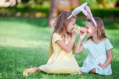 Дети в ушах зайчика имеют потеху на день пасхи outdoors Стоковое Фото