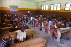 Дети в формах в классе начальной школы listetning к учителю в сельском районе около Arusha, Танзании, Африки Стоковые Изображения