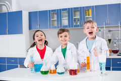 Дети в химической лаборатории Стоковые Фото