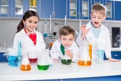 Дети в химической лаборатории Стоковые Изображения