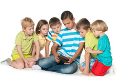 Дети группы с устройством Стоковые Фотографии RF