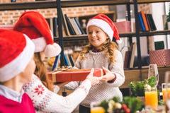 Дети давая подарок на рождество к матери стоковые фотографии rf