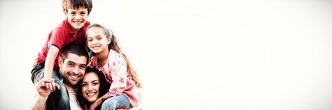 дети давая родителей piggyback езды стоковое изображение
