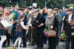 Дети дают цветки к ветеранам военных операций уже сражение 40 приходит славы цветков фашизма дня герои вечной большие почетность  стоковые изображения