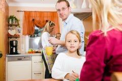 дети делая работу школы семейной жизни Стоковые Фотографии RF