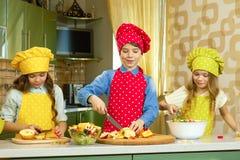 Дети делая салат Стоковое Изображение RF