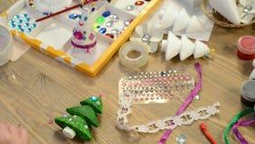 Дети делая украшение на праздники, ремесла и игрушки, рождественская елка и другое видеоматериал