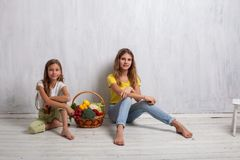 Дети держа корзину еды свежего фрукта и овоща здоровой стоковые фотографии rf