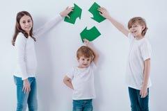 Дети держа рециркулировать символ стоковое изображение rf