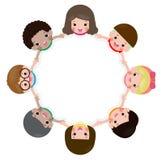 Дети держа руки в круге изолированном на белой предпосылке, иллюстрации вектора в плоском стиле бесплатная иллюстрация