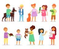 Дети детей с любимчиком vector девушки и мальчики играя с животным комплектом иллюстрации собаки или щенка кота характеров персон бесплатная иллюстрация