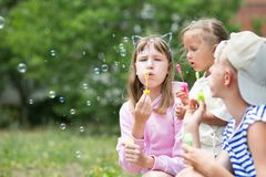 Дети дуя пузыри мыла Стоковые Изображения