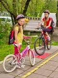 Дети девушек задействуя на желтой майне велосипеда Стоковые Изображения RF