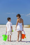 Дети, девушка мальчика, брат и сестра играя на пляже Стоковые Изображения RF