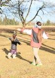 Дети - девушки играя буйволовую кожу слепого Стоковая Фотография