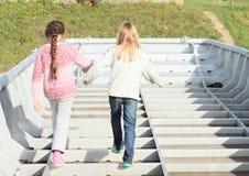 Дети - девушки играя на шлюпке Стоковые Фото