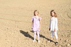 Дети - девушки стоя на поле Стоковое Изображение