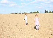 Дети - девушки стоя на поле Стоковое Фото