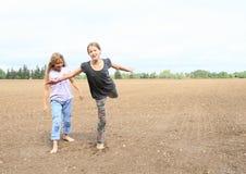 Дети - девушки стоя на поле Стоковые Изображения RF