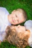 Дети лежа на траве Стоковое фото RF