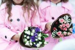 Дети держат розовые и фиолетовые букеты стоковое фото rf