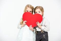 Дети держа красное сердце Стоковое Изображение RF