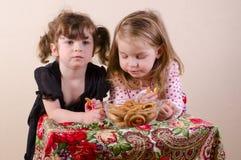 Дети есть бейгл Стоковое Изображение RF
