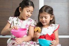 Дети есть закуски Стоковые Фото
