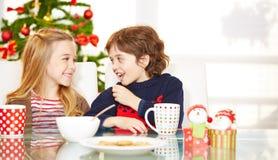 Дети есть печенья на Стоковое Фото
