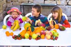 Дети есть плодоовощи Стоковое Изображение RF