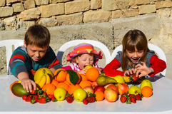 Дети есть плодоовощи Стоковые Фотографии RF