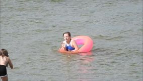 Дети летнего отпуска имея потеху в море акции видеоматериалы
