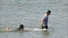Дети летнего отпуска имея потеху в море видеоматериал