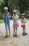 Дети ехать самокаты США Стоковая Фотография