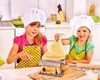 Дети делая домодельные макаронные изделия Стоковые Фотографии RF